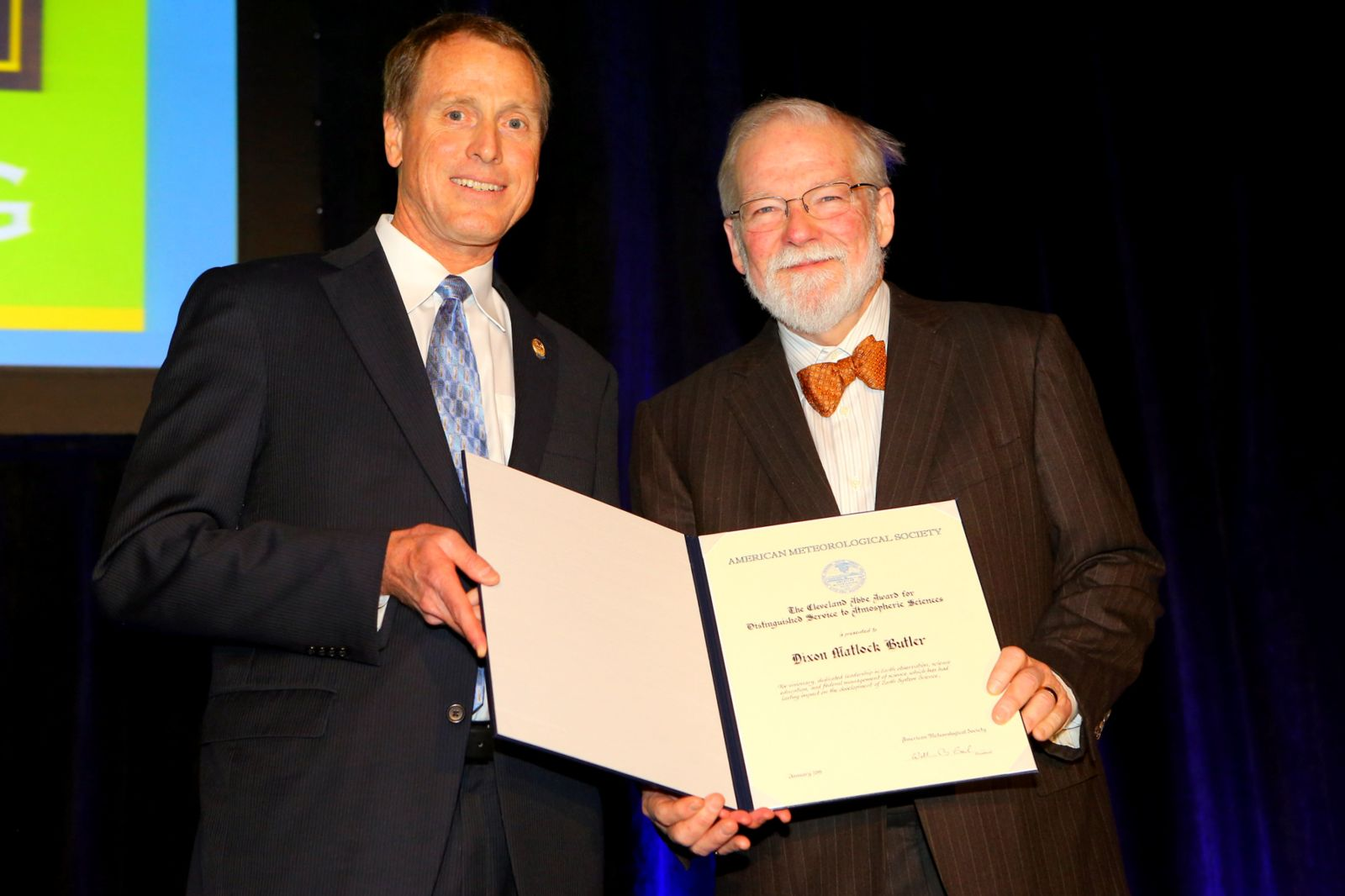 Sydney Levitus receiving The Verner E. Suomi Award from former AMS president J. Marshall Shepherd at the 94th AMS Annual Meeting.